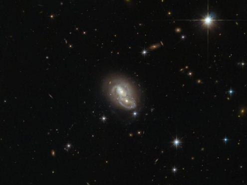 Галактики кружатся в завораживающем танце
