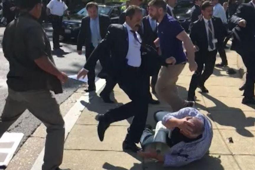 Втурецком посольстве обвинили курдов в потасовке  уздания вСША