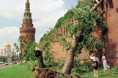 В Москве прошел самый смертоносный ураган. Мэр обещал крупную компенсацию за погибших