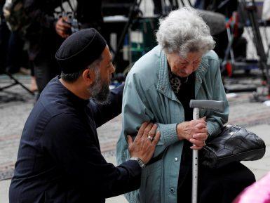 Мусульманин утешил скорбящую по жертвам теракта пожилую еврейку  (ФОТО)