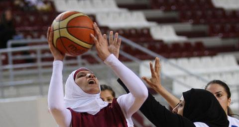Женщины играют в хиджабах