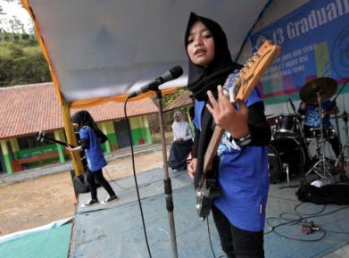Металлистки в хиджабах вызывают культурный шок в мусульманской стране