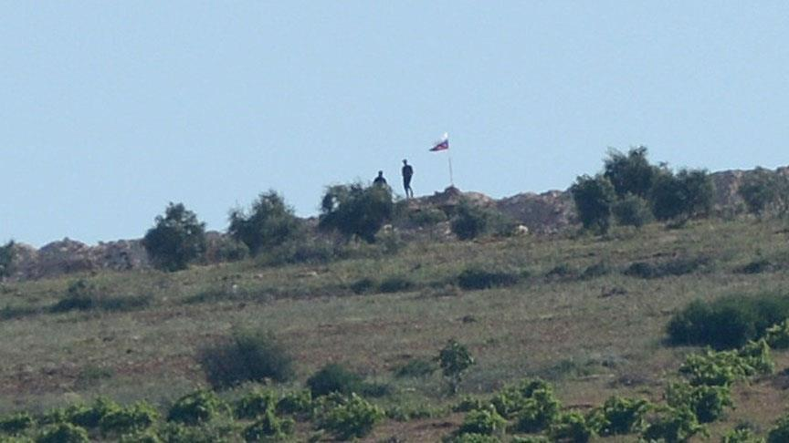 Флаги РФ иСирии вывесили насирийско-турецкой границе