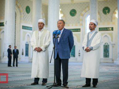 В Казахстане практикующие мусульмане и атеисты остаются меньшинством
