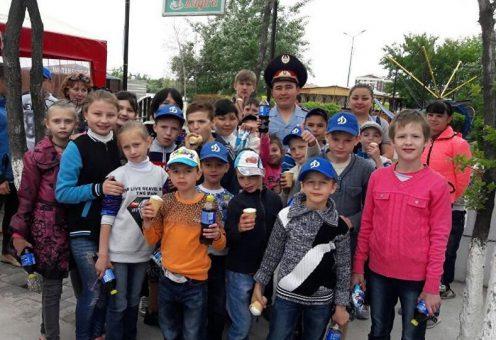 Полицейский из Караганды устроил детям праздник