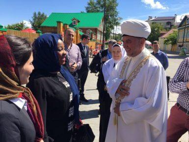 Глава ФИФА совершила намаз и восхитилась татарской кухней