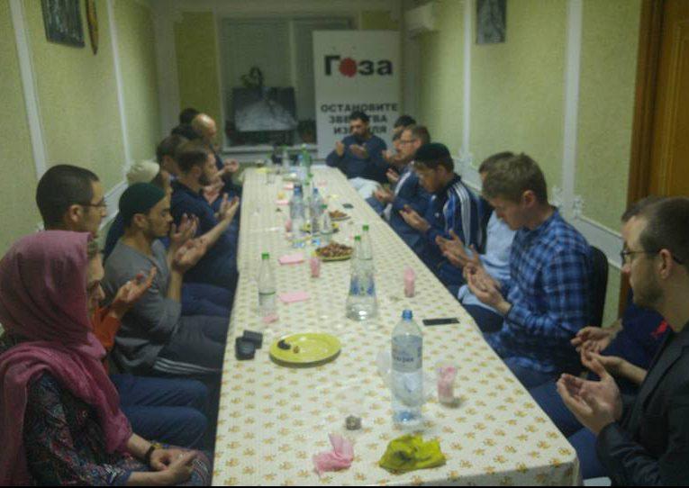 В Москве мусульмане отказались от еды