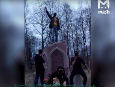 В Карелии «зигующие» подростки осквернили памятник бойцам Татарстана