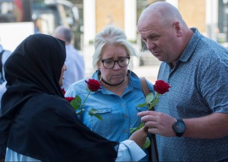 3000 роз на кровавом мосту. Мусульманки растрогали лондонцев