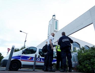 Зачем уроженец Армении атаковал мечеть во Франции?