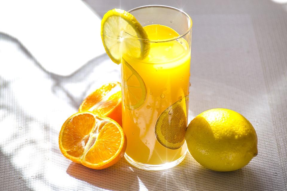 Приготовление полезных напитков из овощей и фруктов с помощью соковыжималки