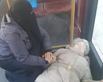 Фото мусульманки с раненой бабушкой произвело фурор в соцсетях