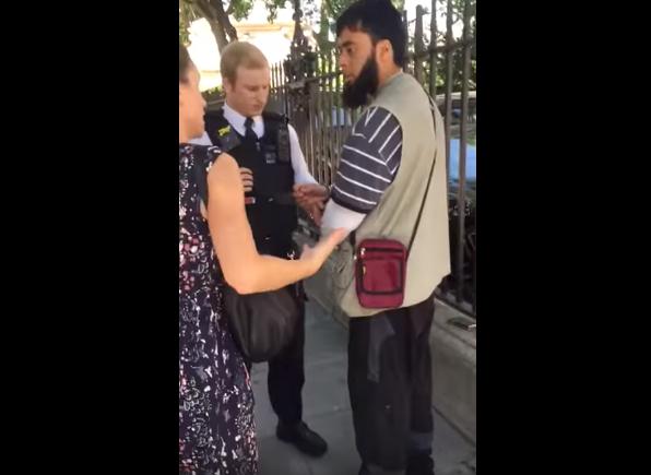 Мусульманина заковала в наручники дама в штатском, причина поражает (ВИДЕО)