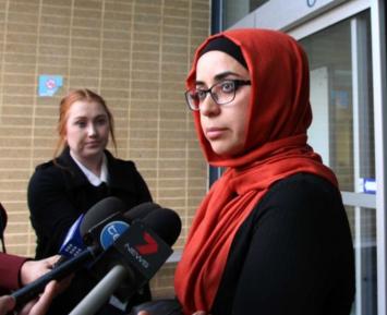 Мусульманка не поздравила христианина с рождеством и получила бутылкой по голове
