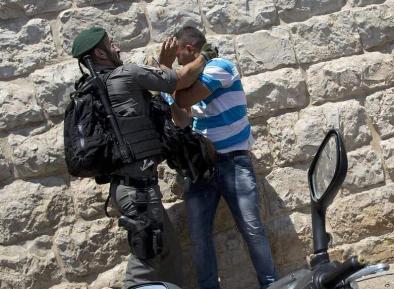 Произвол израильской полиции: мирно стоящий палестинец получает удар в лицо (ВИДЕО)