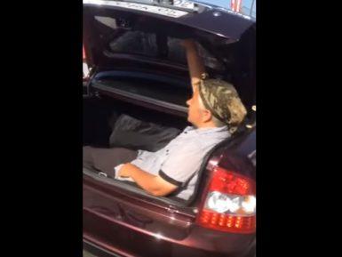 Соцсети взорвало видео с дагестанской бабушкой-экстремалкой, пересекающей границу РФ