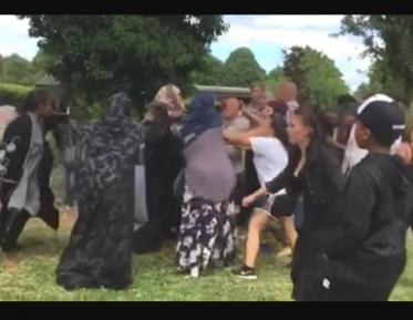 Расисты схлестнулись с мусульманками в парке (ВИДЕО)
