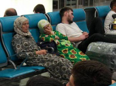 Десятки паломников, брошенных хадж-операторами, застряли в московском аэропорту (ВИДЕО)