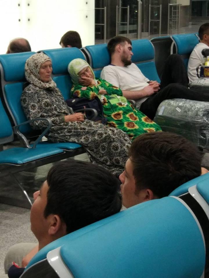 Паломники, застрявшие в аэропорту