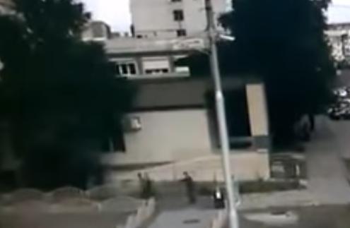Полицейский стреляет в преступника