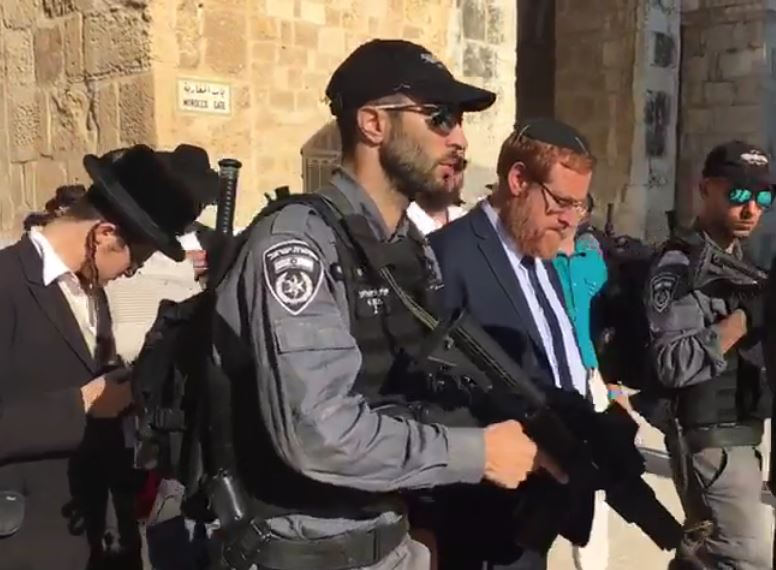 Депутаты в сопровождении силовиков в комплексе мечети Аль-Акса