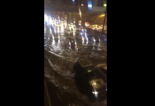 В разгар знойного лета затопило священную Медину (ВИДЕО)