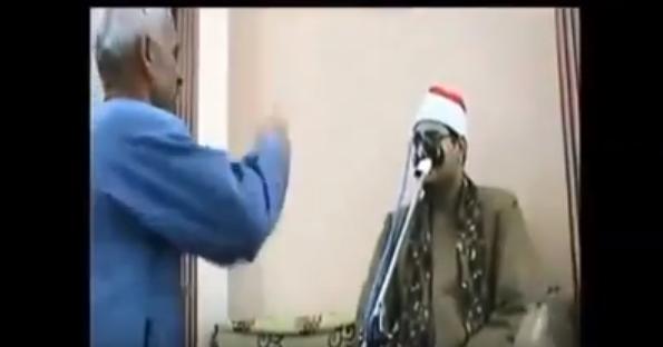 Мужчина грозит ножом шейху