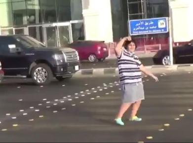14-летний саудовец произвел фурор танцем на проезжей части (ВИДЕО)