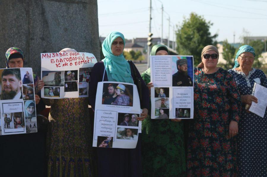 Участницы шествия  (Фото:  ИА «Чечня Сегодня»)