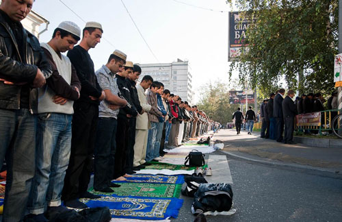 Из-за нехватки мечетей в ряде регионов России мусульмане вынуждены молиться на улице