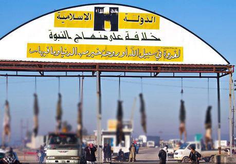 На баннере: «Исламское государство - Халифат по пророческой системе». Ниже весят неугодные «халифату» мусульмане