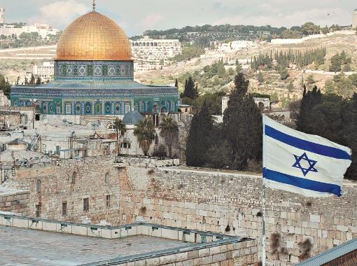 Израильский флаг на фоне мусульманских святынь в Иерусалиме