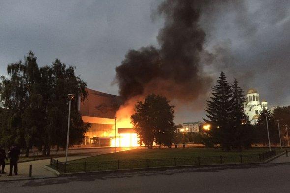 Пожар после наезда на кинотеатр террориста в ЕкатеринбургеФото: e1.ru