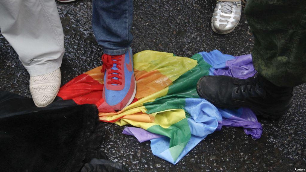 Демонстранты топчут ЛГБТ-флаг