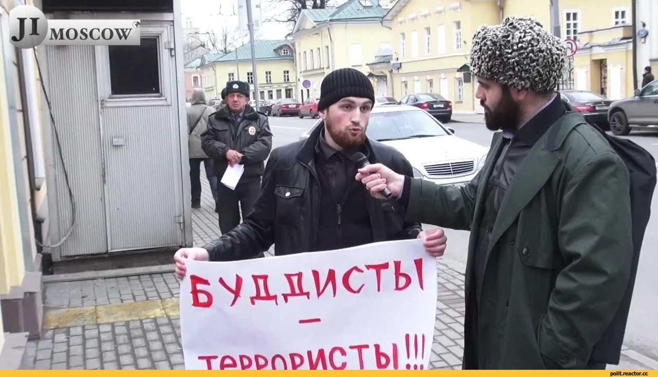 Участник акции у посольства Мьянмы в Москве