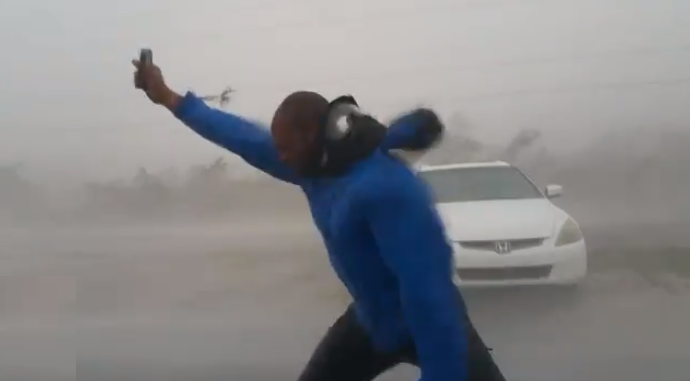 Американский журналист демонстрирует силу Ирмы в прямом эфире