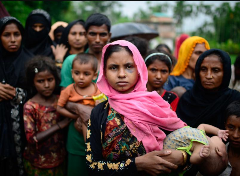 Эта фотография беженцев рохинья была снята после того, как они 2 дня шли по лесу без пищи