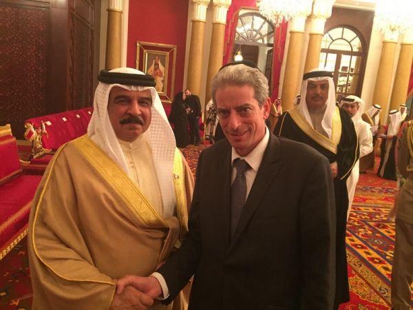 Король Бахрейна во время празднования Хануки в синагоге Манамы