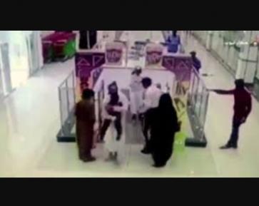 Саудовец чудом спас ребенка от страшной смерти на эскалаторе (ВИДЕО)