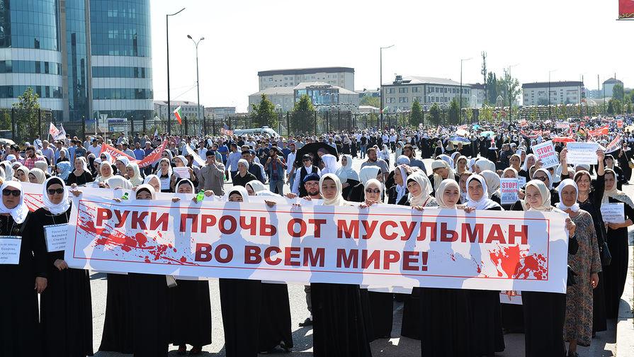 Участники митинга в Грозном