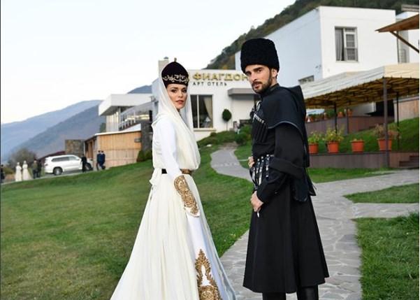 Молодожены в кавказских костюмах