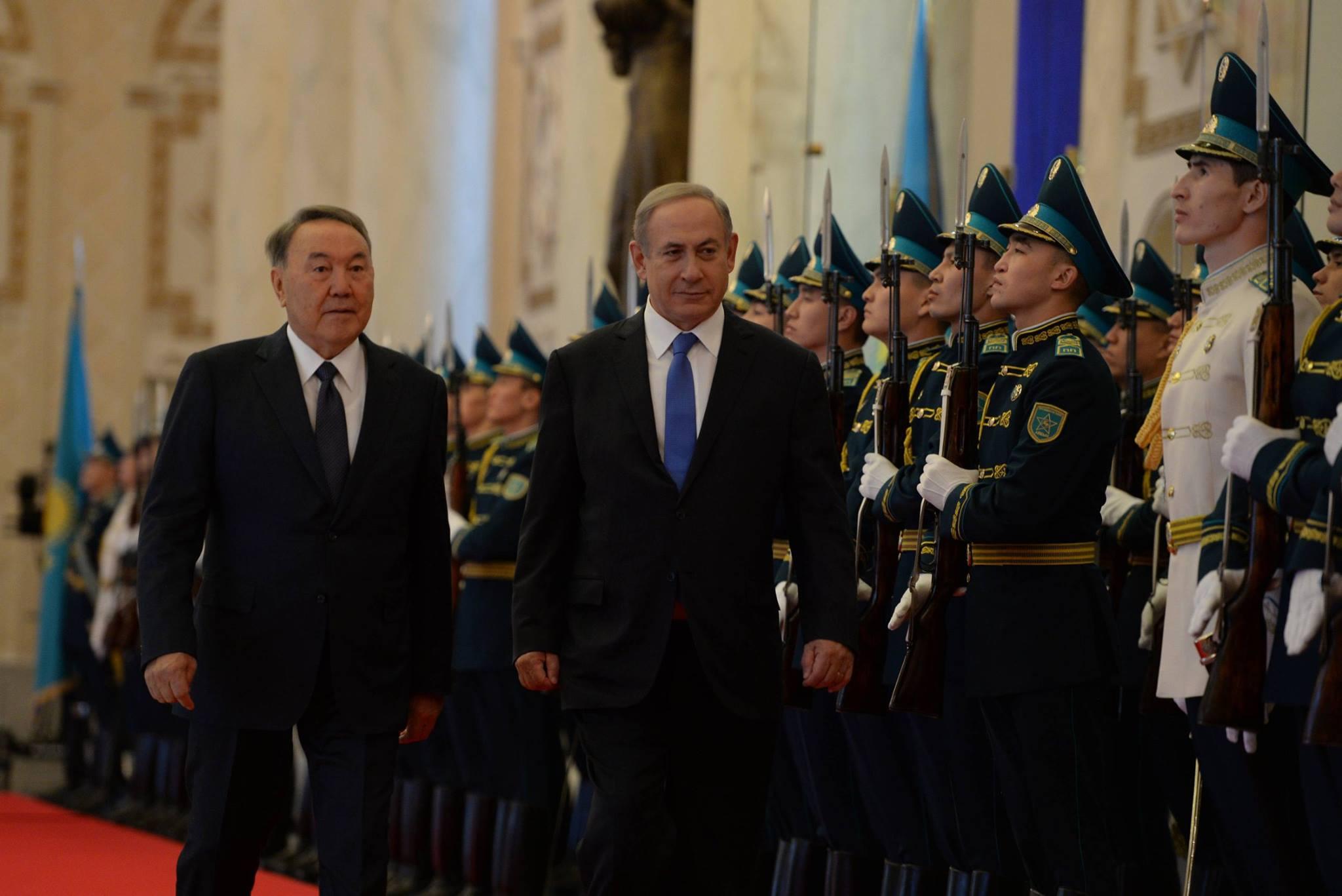 Нетаньяху торжественно принимают в Астане