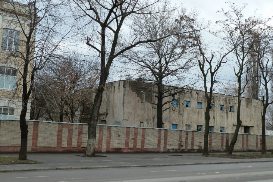 На месте мечети сегодня стоит заброшенный военный клуб