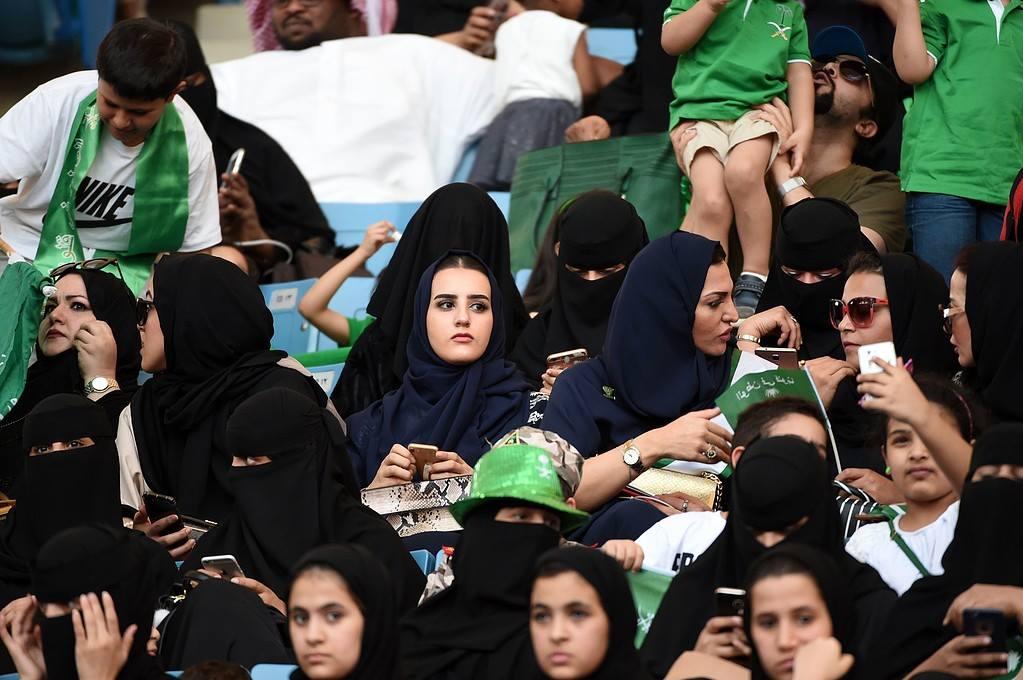 Саудовские женщины на стадионе в Эр-Рияде
