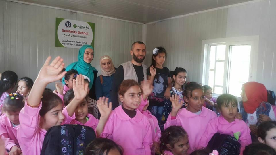 Представители фонда «Солидарность» с учениками новой школы (Фото: страница главы фонда Лилии Мухамедьяровой в Facebook)