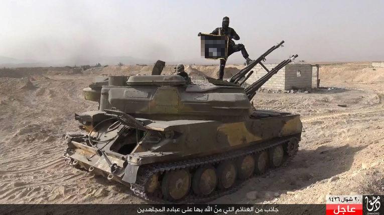 Боевик ИГИЛ на танке