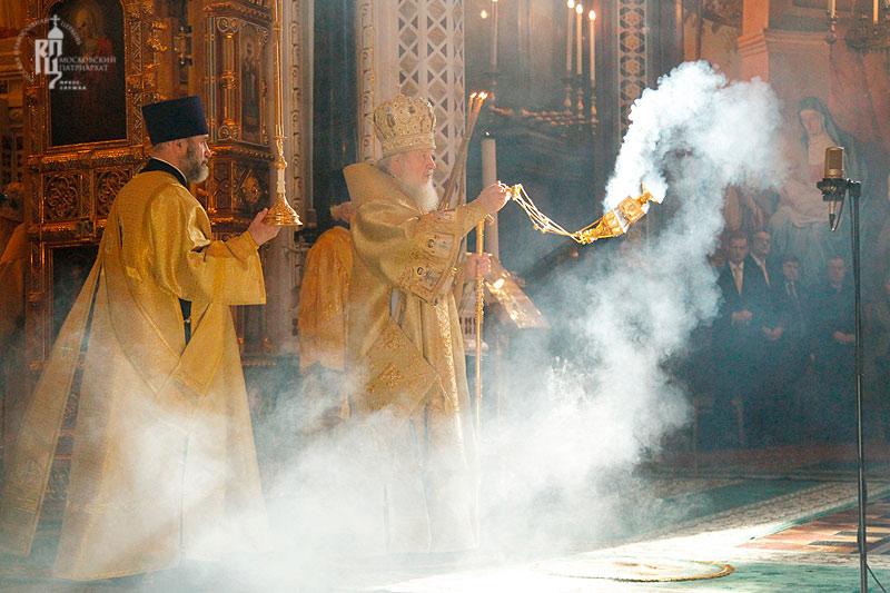 Патриарх Кирилл совершает ритуал с использованием кадила. Фото: РПЦ МП