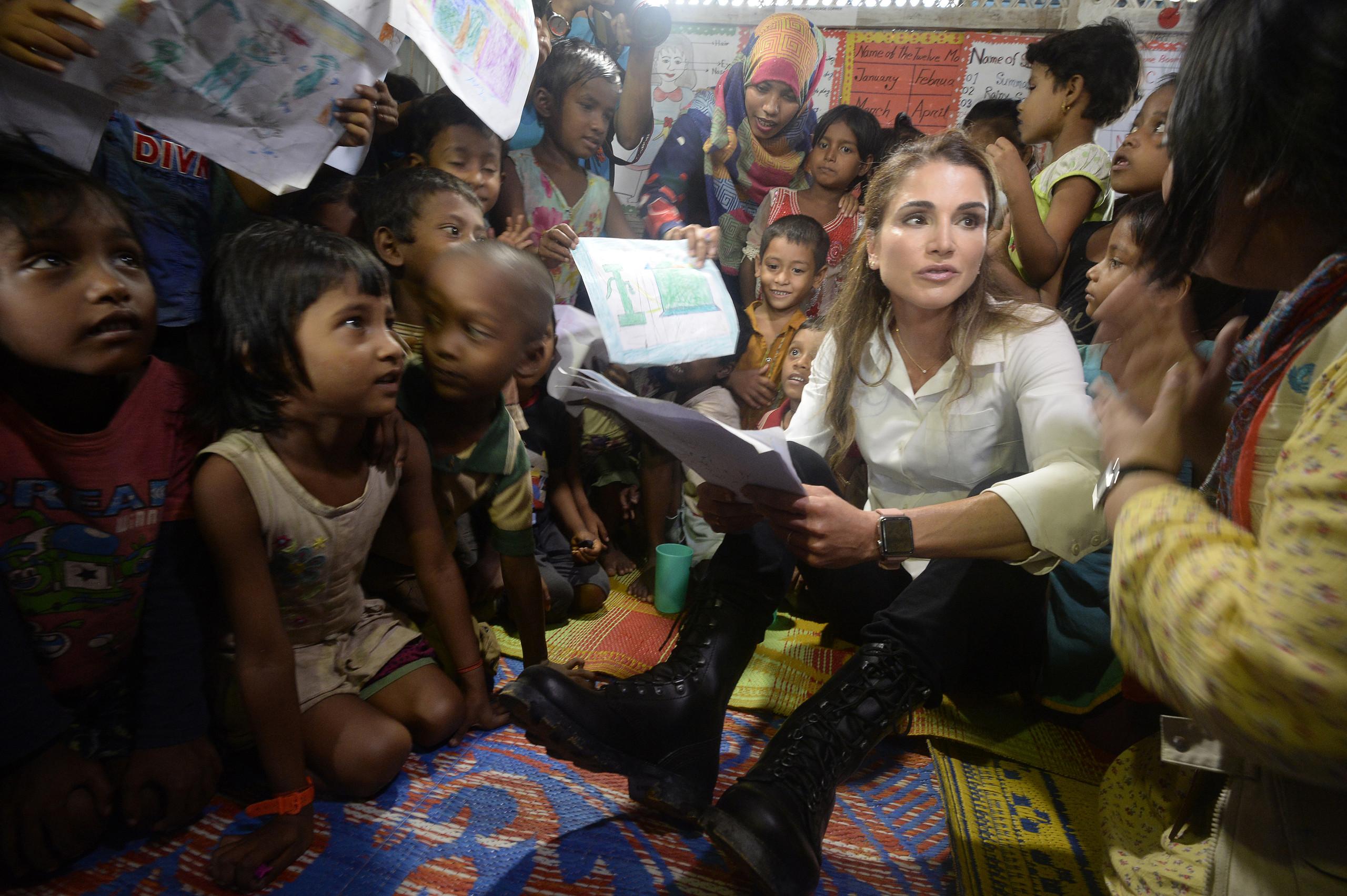 Королева Иордании во время общения с детьми рохинья