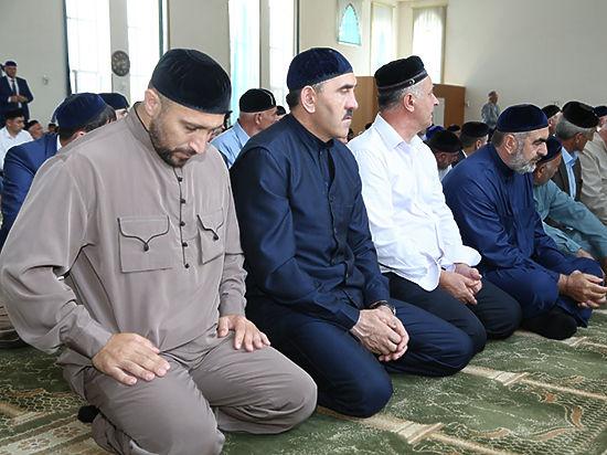 Юнус-Бек Евкуров (в центре) во время молитвы
