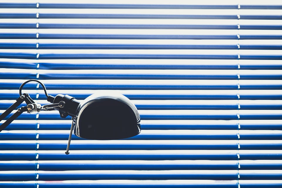 Рулонные шторы и кассетные жалюзи: что лучше для пластиковых окон?
